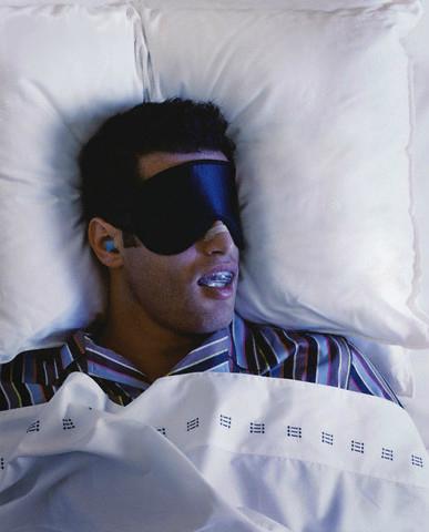 Uomo dorme con il paradenti
